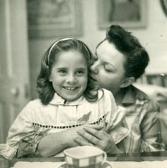 Judy Garland with daughter Lorna Luft, in Chelsea, 1960 (Image courtesy of The International Judy Garland Club) Hollywood Music, Vintage Hollywood, Hollywood Glamour, Classic Hollywood, Judy Garland, Celebrity Siblings, Celebrity Photos, Lorna Luft, Liza Minnelli