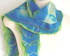 LEcharpe est un châle feutré nuno fabriqué à partir de teint en mousseline de soie et de laine mérinos fine à la main. Je lai fait en laine de stratification dans les tons de bleu, beige et gris dessus et dessous en mousseline de soie beige et feutrage les deux fibres ensemble jusquà ce quils deviennent un tissu cohérent. Le résultat final est celui dun foulard de mode unique qui embrasse la finesse de la soie avec la chaleur et la douceur de la laine. Il y a plusieurs façons de porter le…