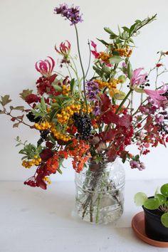 Wish this photo wasn't blurry Happy Flowers, Fall Flowers, Cut Flowers, Fresh Flowers, Beautiful Flowers, Arrangements Ikebana, Fall Flower Arrangements, Flower Vases, Flower Art