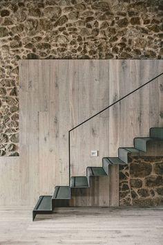 Casa rústica se rehabilitó en España - pared de la escalera