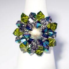 Bague ajustable, ronde et en perles de cristal vertes