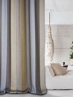 Castello Del Barro Boy-Scout 100% lino W cm. 300. Ogni variante è formata da 6 righe di diversi colori, con accostamenti cromatici molto ben ponderati. Il tessuto è double-face, utilizzabile in entrambi i lati, in modo da avere una buona visuale anche dall'esterno verso l'interno come necessario per le finestre che si affacciano su giardini e terrazzi. La manutenzione è molto semplice: consente il lavaggio casalingo in lavatrice con un programma delicato.-