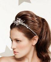 Hochzeitsfrisur mit Diadem und toupiertem Hinterkopf