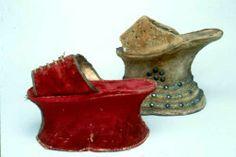 """Sapatos Renascentistas Femininos """"Chopines"""" - Sapatos usados por mulheres da alta sociedade, entre o século XV e XVII . Funcionava como um pedestal ou galocha e servia para proteger os sapatos e vestidos das Senhoras da corte , da lama e da sujeira da rua.  O andar na """"Chopine"""" era geralmente deselegante e precisavam sempre da ajuda dos maridos ou dos empregados para se poderem equilibrar."""