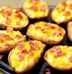 Fully loaded potato skins, easy to prepare in advance: need 90 mins to cook potatoes. Nachos, Loaded Potato Skins, Tapas, Healthy Superbowl Snacks, Bacon Potato, Good Food, Yummy Food, Potato Dishes, Potato Recipes
