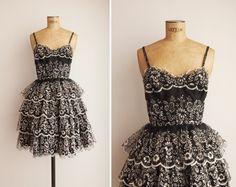 Vintage jaren 1950 zwarte Tule jurk met lichtgrijs stroomden bloemmotieven en meerdere geschulpte lagen op de rok. Spaghetti bandjes, metalen
