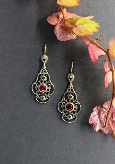 Schöne, lange Trachtenschmuck Ohrringe. Auch als moderner Ohrschmuck tragbar. Jetzt im Online-Shop ansehen. #ohrringe #trachtenschmuck Drop Earrings, Jewelry, Ear Jewelry, Gems, Dirndl, Fall, Silver, Nice Asses, Jewels