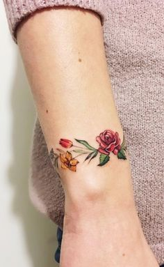 Discreet And Charming Wrist Tattoos You& Want To Have. Classy, colorful and feminine wrist bracelet tattoos Classy Tattoos, Pretty Tattoos, Beautiful Tattoos, Flower Wrist Tattoos, Rose Tattoos, Body Art Tattoos, Tatoos, White Tattoos, Ankle Tattoos