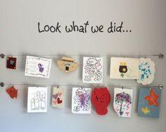 Jedes Kind ist ein Künstler-Decal ist die perfekte Ergänzung für Ihr Kind Kunstwerk Anzeigeraum! Es ist erhältlich in der Farbe Ihrer Wahl. Sehen Sie unsere Farbkarte für Ihre Optionen. Die Fotos sind für einen Verweis achten, die Messungen zu verwenden, bei der Bestellung.  Größen erhältlich: 60 breit x 10 48 breit und 8 36 breit x 6 24 durch 4 breit  Klicken Sie hier für weitere Decals für Ihr Kind-Kunstwerk-Display! https://www.etsy.com/shop/StephenEdwardGraphic?ref&#x3...