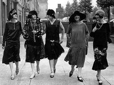 moda anni '20, gonne corte, abiti senza maniche, cardigan