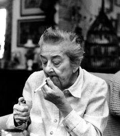 Gobbi Hilda (1913-1988) A Nemzeti Színház legendás színésznője nem csupán alakításairól, de kiváló, szatirikus humoráról is ismert volt. Időskorában is aktív maradt, olyan híres szerepeket játszott el, mint a Karnyóné. Crop Circles, Iconic Women, Famous Artists, Hungary, Famous People, 1, Singer, Actresses, Actors
