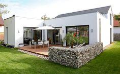 Gabionen kann man auch als tolle Terrassen-Abtrennung im Garten nutzen.