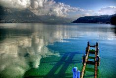 Le lac d'Annecy, Haute-Savoie. Ce splendide lac entouré de massifs montagneux est la destination idéale pour les amoureux de nature et de sports nautiques.