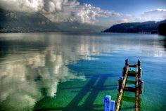 Der herrliche See von Annecy liegt von Gebirgsmassiven umringt in der Haute-Savoie und stellt ein ideales Reiseziel für alle NaturliebhaberInnen und Wassersportfans dar.