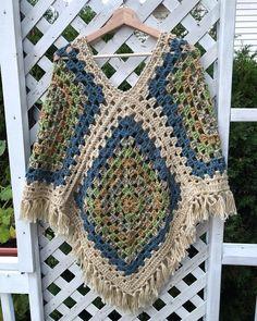 Granny Squares Crochet Crochet granny Piazza poncho acrilico in beige blu Crochet Afghans, Crochet Poncho Patterns, Crochet Coat, Granny Square Crochet Pattern, Crochet Granny, Crochet Shawl, Crochet Clothes, Easy Crochet, Pretty Granny