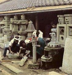 お寺やお墓用の石を削る職人/撮影:江南信國