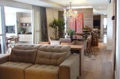 Composição volumétrica com painéis e piso em madeira deixam apartamento…
