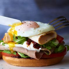 1 egg 1 plain bagel 2 tsp chipotle paste or barbecue sauce 1 tbsp full-fat Greek yoghurt large handful of rocket 1 tomato, sliced deli-style cooked turkey or chicken breast deli-style sliced roast beef - Healthy Eating Recipes, Cooking Recipes, Healthy Dinners, Bodycoach Recipes, Healthy Food, Detox Recipes, Sandwich Recipes, Breakfast Bagel, Breakfast Recipes