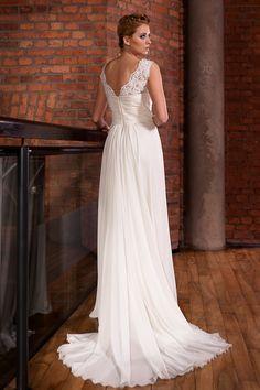 Długa suknia ślubna ozdobiona koronkami.