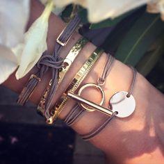 Composition de bracelets taupe et plaqué or - l'Atelier d'Amaya #bracelet #or #jonc #fermoir #médaille #bijoux #femme