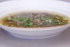 Soep bereiden kan vaak in 1-2-3, maar voor een geslaagde heldere consommé van ossenstaart heb je een beetje geduld nodig. Het resultaat is eerlijke krachtsoep die meer dan de moeite waard is.De staart van een rund is continu in actie, al was het maar als vliegenmepper. Het gespierde stuk vlees is de ideale basis voor een soep met geschiedenis. Alles begint bij een eenvoudige groentebouillon met de stukken staart. Om het taaie vlees te veranderen in een malse lekkernij moet je wel zo'n ...
