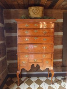 .queen anne dresser...love it! Maple Furniture, Colonial Furniture, Antique Furniture, Country Homes, Country Decor, Queen Anne Furniture, Primitive Living Room, Colonial Decorating, Floor Cloth