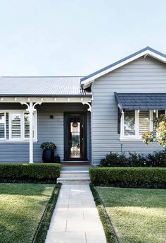The owners of this Gladesville cottage added a lifestyle-changing extension that unites the character of the old with the clean lines of the new. Cottage Exterior, House Paint Exterior, Exterior House Colors, Exterior Design, Exterior Homes, Weatherboard House, Queenslander, Orient House, Modern Cottage