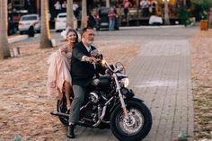 Noiva chegando de harley davidson em casamento rock glamour