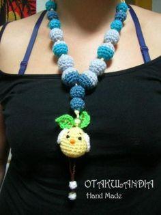 Collar de lactancia y porteo Mod. Pollito Amarillo - diseñado, creado y realizado a mano en crochet... perfecto para que el bebé se distraiga agarrándolo y tirando de él mientras le das sus tomas, le porteas o le tienes en brazos.
