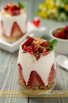 cups of strawberries and cream Milk Easy Sweets, Baked Alaska, Cocktail Desserts, Strawberry Recipes, Cooking Time, Food Inspiration, Italian Recipes, Love Food, Sweet Recipes