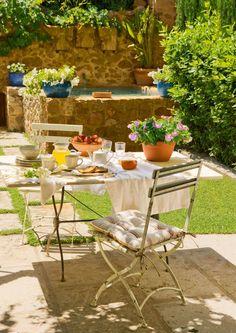Un comedor para dos  Fresco y lleno de encanto, situado al lado de una pequeña alberca. Mesa de mármol antigua, en Antic Centre y sillas de ...