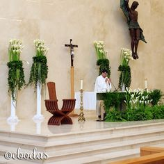 Añadir verde en la decoración de tu altar le dará mucha vida #ebodas #weddingideas Church Altar Decorations, Backdrop Decorations, Ceremony Decorations, Flower Decorations, Church Wedding Ceremony, Wedding Altars, Wedding Lanterns, Alter Flowers, Church Flowers
