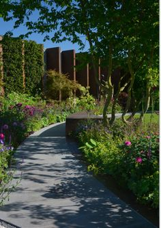 The Chelsea Barracks Garden by Jo Thompson, where roses, with perennial planting between, are a main feature of the garden. Gold Medal Winner.