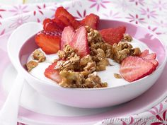 Cashew-Dinkel-Crunchy - smarter -   mit Joghurt und Erdbeeren.  Kalorien: 363 kcal | Zeit: 25 min. #breakfast