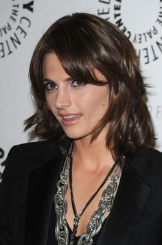 Stana Katic Medium Layered Cut - Stana Katic looked cute and youthful wearing this layered 'do at the Paley Center presentation of 'Castle. Kate Beckinsale Hot, Castle Tv Shows, Castle Series, Medium Curls, Hair Evolution, Layered Cuts, Medium Layered, Kate Beckett, Different Hairstyles