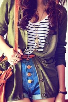 shorts with gold buttons, a stripped shirt, a green jacket with a belt and as a complement a brown bag
