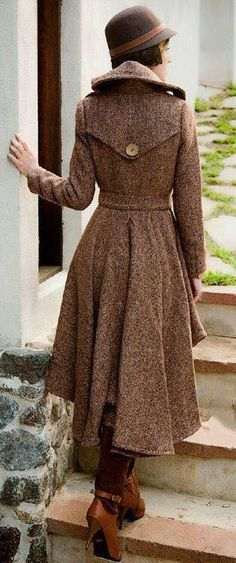 Super love this tweed coat with a victorian meets flare to it - the brown vintage style hat and shoes make the outfhe outfit perfect! (Looks like a femme Sherlock to me! Look Retro, Look Vintage, Vintage Coat, Retro Style, 20s Style, Modern Retro, Costumes En Tweed, Coat Dress, Dress Up