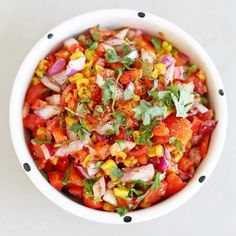 This roasted corn and spicy pepper salsa is a summer staple in our house - it& the perfect addition to a picnic, BBQ or an evening with friends. Vegetarian Recipes, Healthy Recipes, Savoury Recipes, Salad Toppings, Clean Eating, Healthy Eating, Roasted Corn, Salad Recipes, Salsa