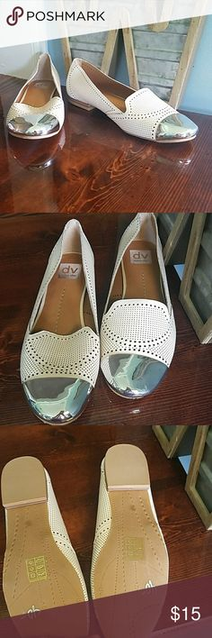 New Doice Vita offwhite with silver toe flats New Doice Vita offwhite with silver toe flats i think they call this cat style flats new never worn but i dont have the box doice vita Shoes Flats & Loafers