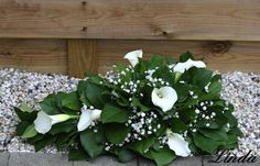 Klassiek grafstuk maken voor Allerheiligen begin november een grafstuk maken Grave Flowers, Altar Flowers, Funeral Flowers, Funeral Flower Arrangements, Floral Arrangements, Remembrance Flowers, Cemetery Decorations, Sympathy Flowers, Arte Floral