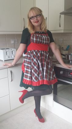 Make this vintage style Christmas Apron and look glamorous on Christmas Day and every day.  Free pattern.