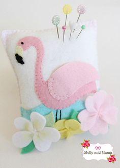 Kijk wat ik gevonden heb op Freubelweb.nl: een gratis patroo van Molly and Mama om dit leuke flamingo speldenkussen te maken https://www.freubelweb.nl/freubel-zelf/zelf-maken-met-vilt-flamingo-speldenkussen/
