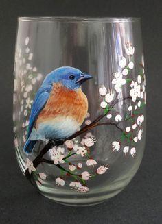 Oiseau bleu peint vin verre blanc Cherry par LKCustomCreations