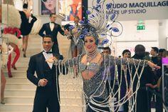 Somptueux costume lors du défilé !  #Lido #Bluebell #Marionnaud #DéfiléLido Lido De Paris, Vegas Showgirl, Girl Dancing, Showgirls, Cabaret, Girl Costumes, Burlesque, Fascinator, Pin Up