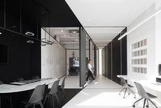 Interior design * black and white minimalist interior * showroom ceramic * Black And White Office, Black And White Interior, Black White, Showroom Interior Design, Black Interior Design, Tile Showroom, Shop Interiors, Office Interiors, Black Interiors