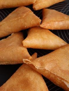 Samoussa au saumon fumé - The Best Sea Recipes Samosas, Empanadas, Vegetarian Recipes Dinner, Snack Recipes, Samosa Recipe, Pot Pasta, Good Food, Yummy Food, Gastronomia