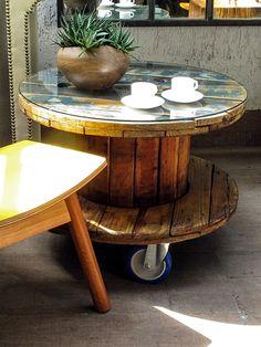 Mesa de canto Carretel Azul Produzida com um carretel de descarte, Rodízios industriais azuis e vidro de 6mm  www.designzero5.com  https://www.facebook.com/Design-Zero5-900721836697242/