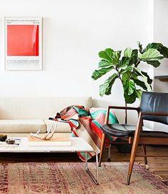 椅子やソファはとことんシンプルにまとめて、キリムで雰囲気をプラス。それだけで肩肘の張らないおしゃれな雰囲気にまとまるから不思議。