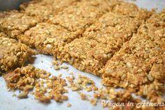 Crunchy cereal granola bars with apple and cinammon - Τραγανές μπάρες… Raw Vegan Desserts, Vegan Dessert Recipes, Vegan Snacks, Vegan Breakfast Recipes, Healthy Desserts, Healthy Food, Granola Cereal, Cereal Bars, Granola Bars
