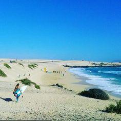 La #PlayaDelMoro en #Corralejo es considerada una de las más bonitas de las Islas Canarias y es de las más escogidas para realizar deportes como el surf  . Gracias a nuestro @manuel.fuentes.925  un auténtico apasionado de la isla por llevarnos de la mano junto a su experiencia  . #FelicesVacaciones #Vacaciones #Fuerteventura #Viajar #Turismo #Playa #IslasCanarias #España #Surf #FotoDelDía #Picoftheday #Hermosa #Vida #Life #LaVidaEsBuena #Placer #Energía #Felicidad #Viajes #Recuerdos…
